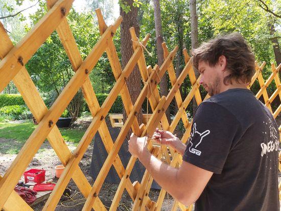 yurt bouwen manueel vlechten buitenkant