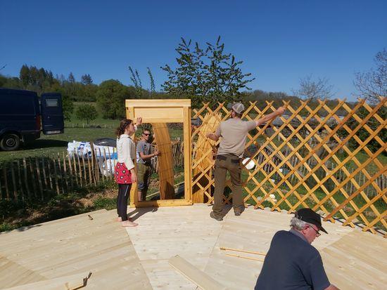 yurt bouwen voorbereiden zijkant en vlechtwerk